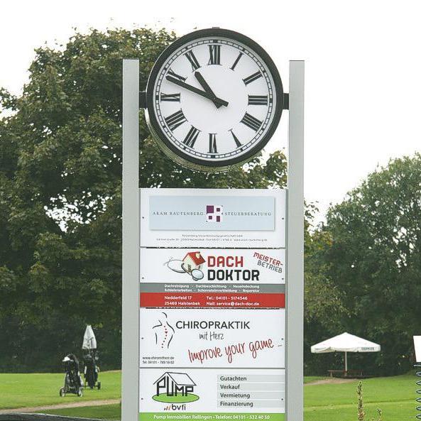 Normaluhr als zweiseitige Werbeuhr mit römischen Ziffern und doppelseitigen Werbeflächen auf einem Golfplatz