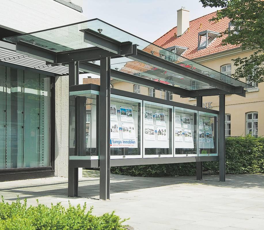 Individuelle VITRUM Boulevardvitrine mit aufwändiger Dach- und Trägerkonstruktion vor der Volksbank Nordhorn (AV 511)