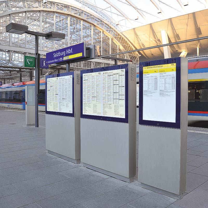 Showcase VITRUM customized for trainstations as double-sided digital signage totems