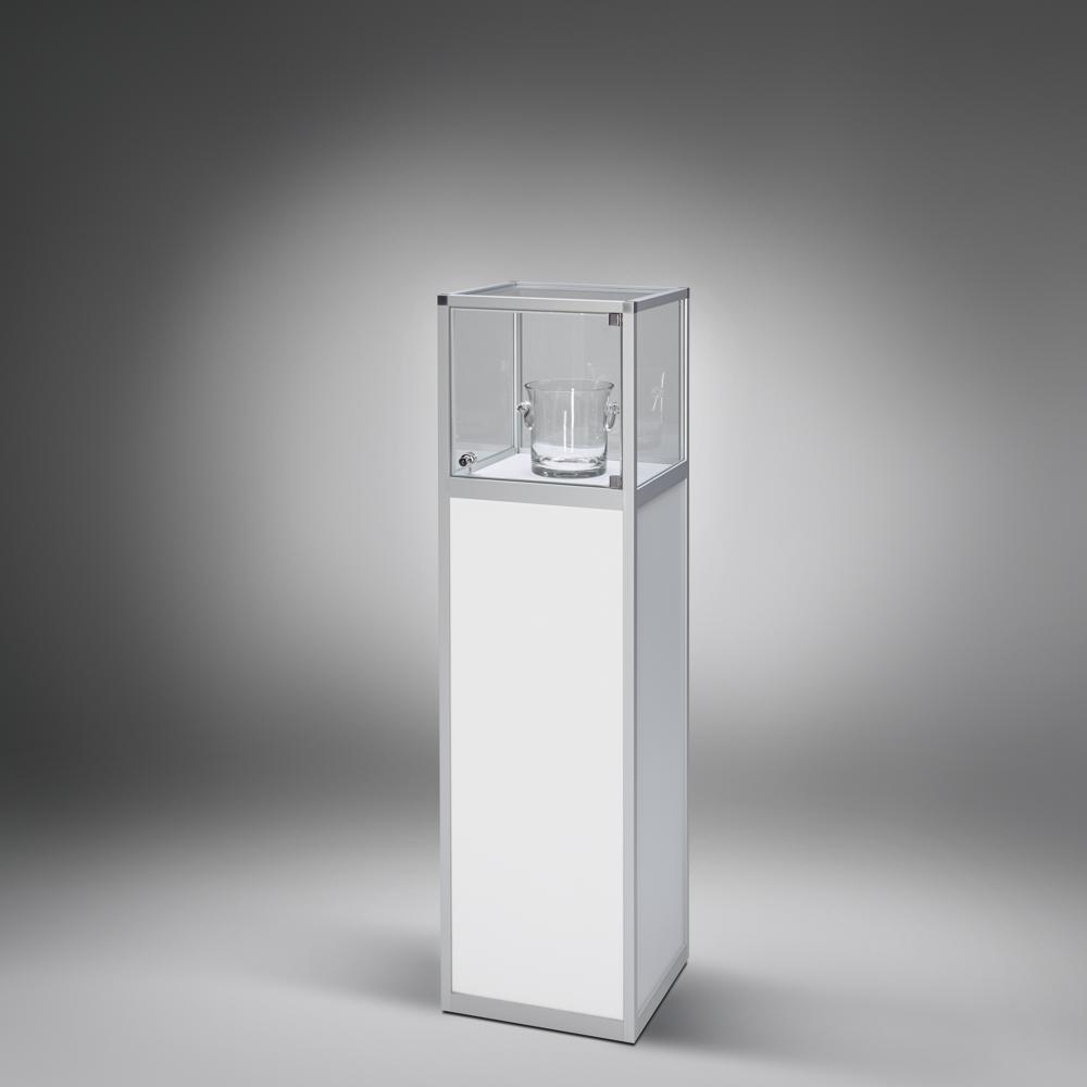 Haubenvitrine der VERSUS-Serie mit seitlicher Glas-Drehtür